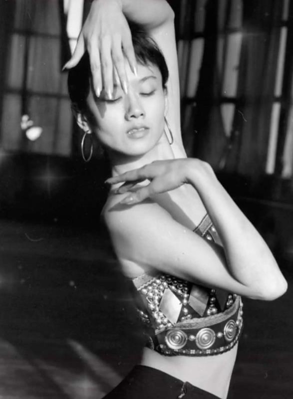 《【摩臣代理平台】杨丽萍跳舞旧照曝光 仙气十足堪称最美孔雀公主》