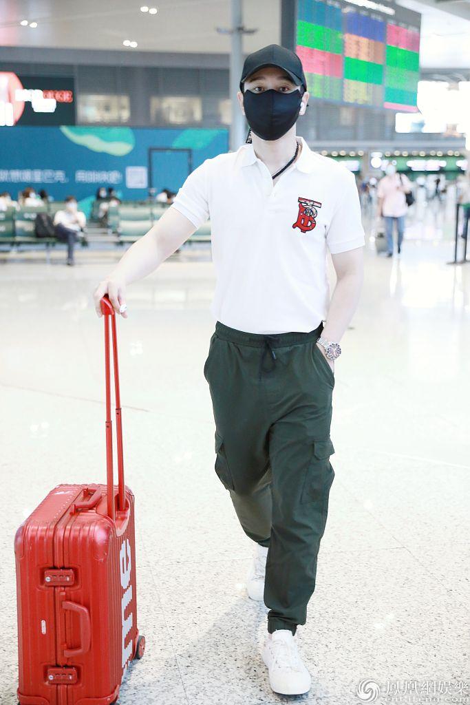 """《【摩臣网上平台】黄晓明机场造型玩转""""红配绿"""" 穿POLO衫休闲不失优雅》"""