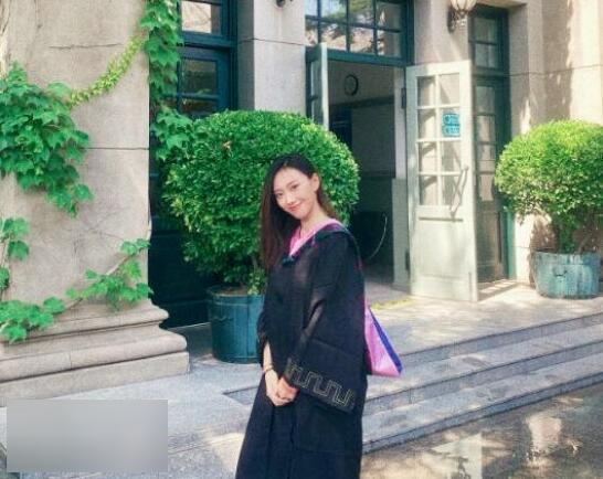 《【摩臣注册平台】闫妮女儿大学毕业照曝光 继承妈妈美貌星范十足》