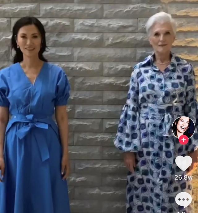 《【摩臣平台网站】51岁邓文迪与72岁名模同框 热舞齐秀好身材》