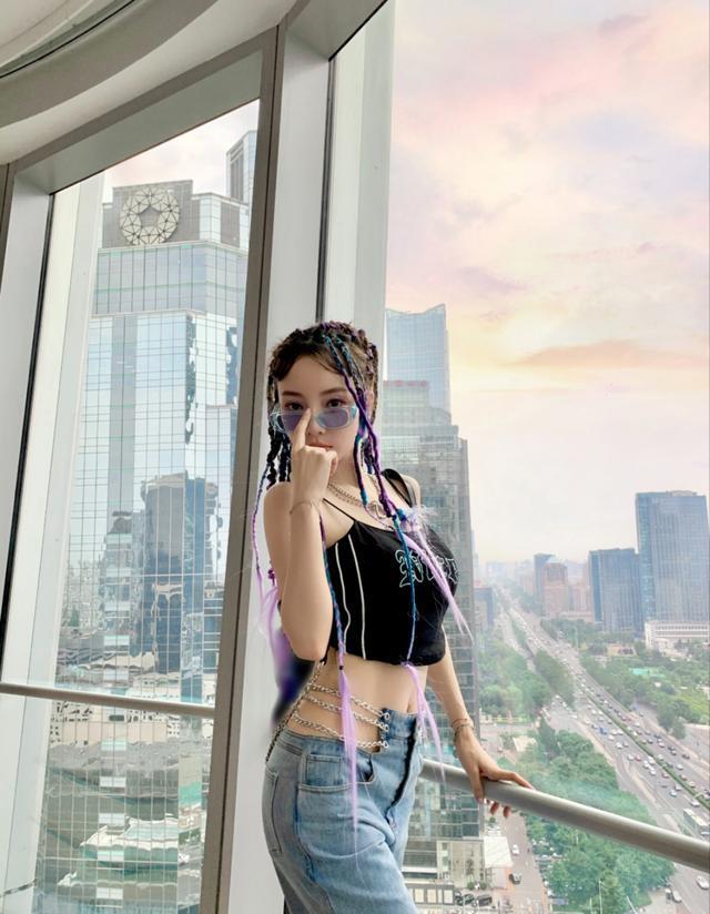 《【摩臣在线平台】李小璐的女团梦 新视频露腰热舞动作太大疑走光》