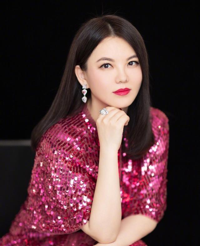《【摩臣代理平台】44岁李湘近照穿贵妇装 现身网红店带三人跟拍》