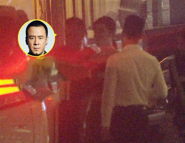 《【摩臣在线平台】杨坤聚餐后带两美女回酒店 途中刻意保持距离》
