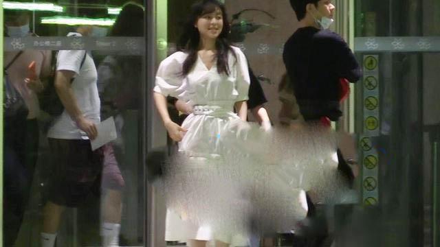 《【摩臣网上平台】40岁张静初深夜现身 穿白色裙走路带风心情好》