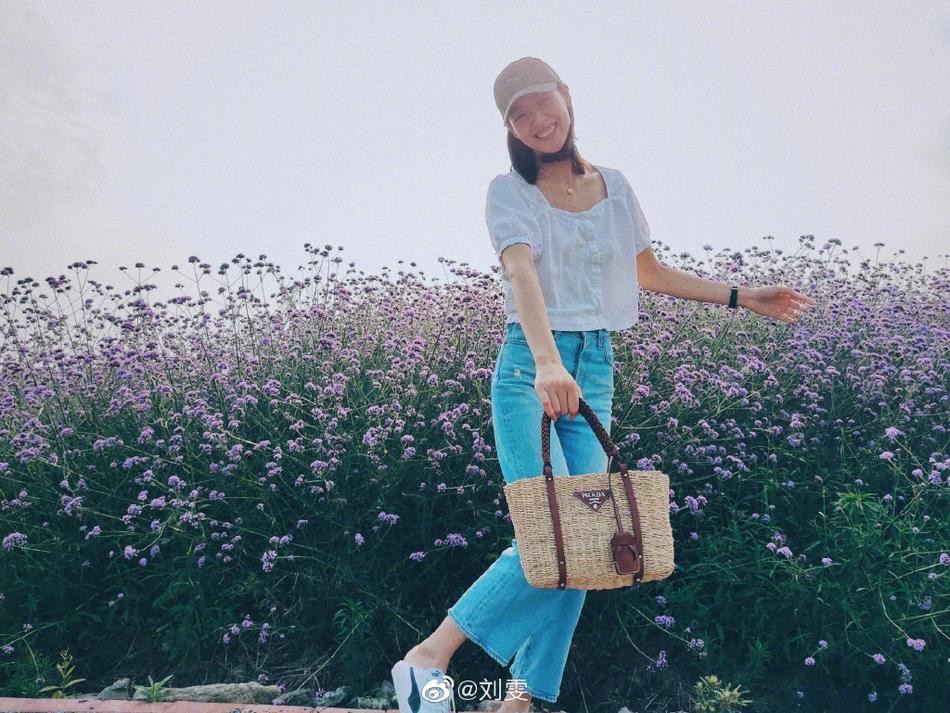 《【摩臣注册平台】刘雯戴棒球帽配娃娃衫 漫步紫色花海清新心情好》