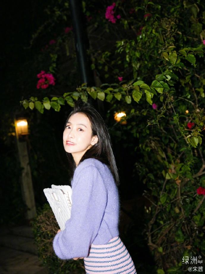 《【摩臣平台网】宋茜晒淡紫色系穿搭美照 微风中撒欢放飞自我》