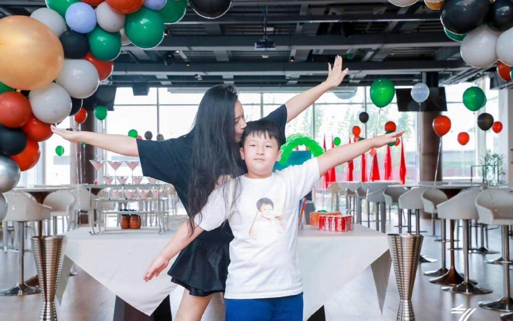 《【摩臣在线平台】邹市明夫妇为九岁轩轩庆生 三胎儿子扎辫像女孩》