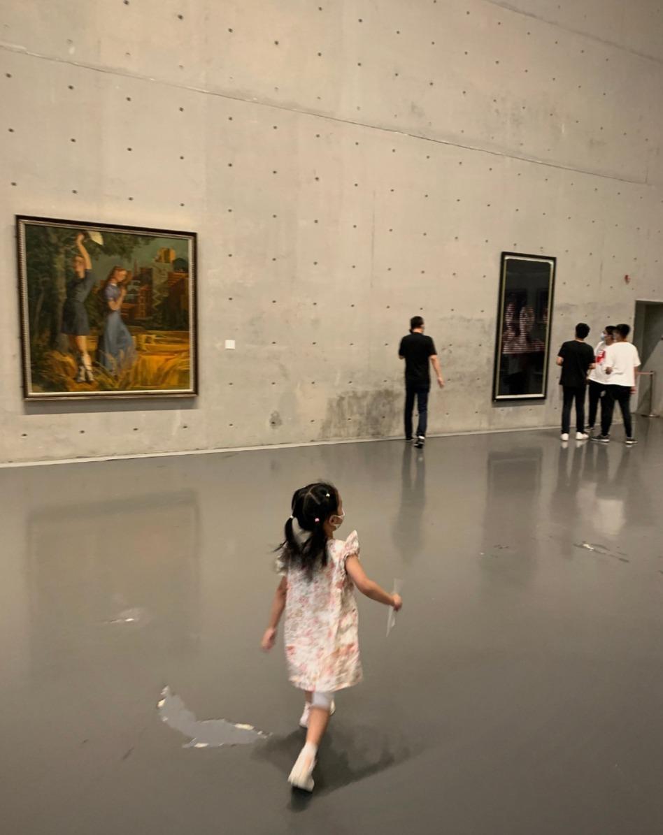 《【摩臣平台网站】张子萱带女儿看美术展 安安乖巧欣赏画作》