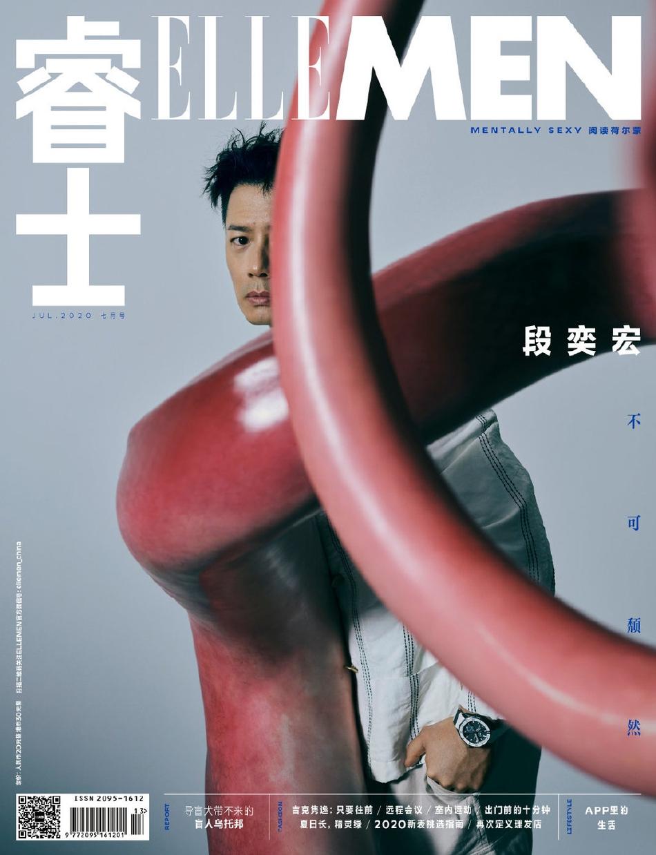 《【摩臣平台网】段奕宏身着白色西装卧地 搭配前卫雕塑艺术感足》