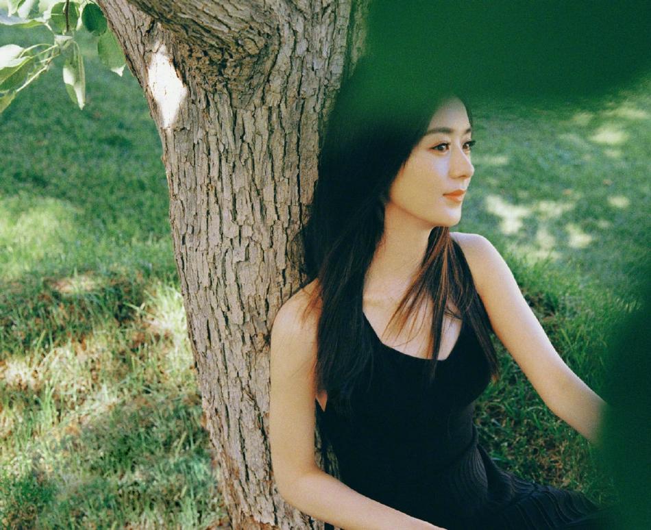《【摩臣网上平台】赵丽颖露背长裙显清纯 躺草地摸兔子画面养眼》