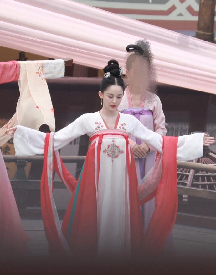 《【摩臣平台网站】娜扎唐装造型珠圆玉润 皮肤白皙如画中美人》