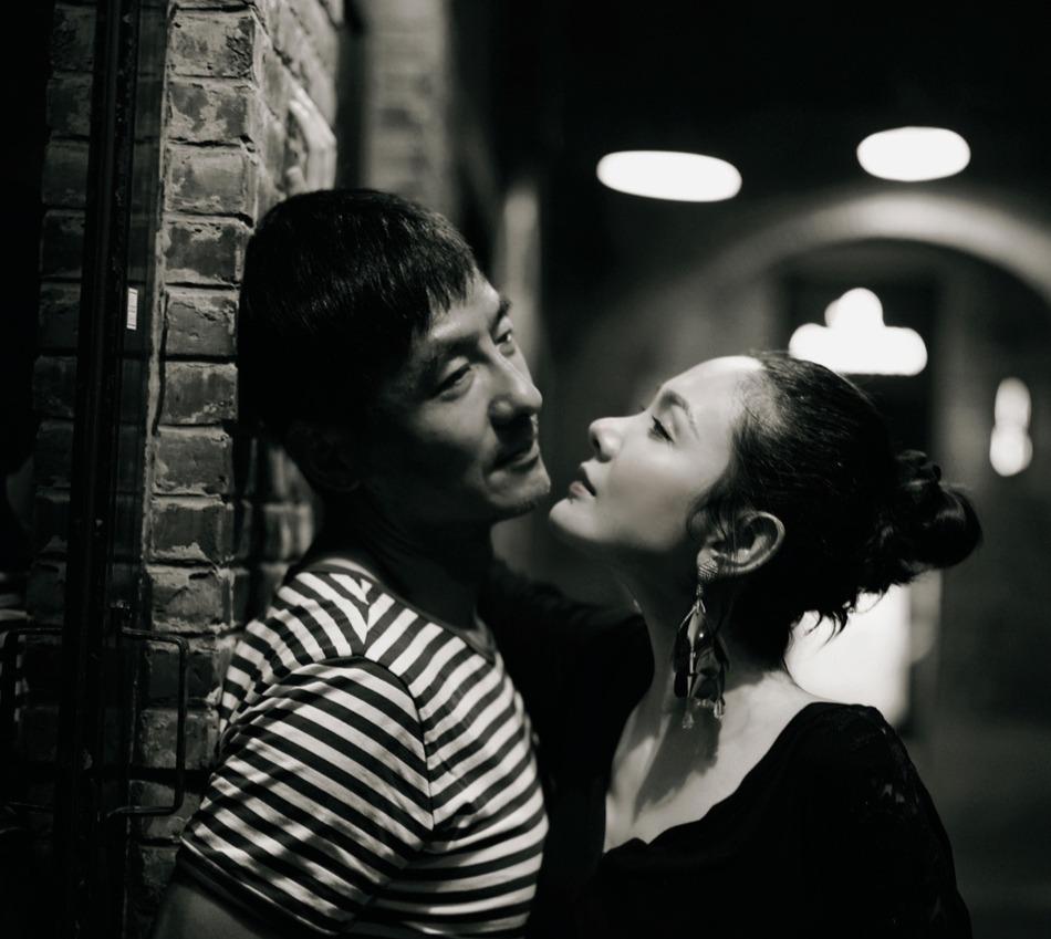 《【摩臣网上平台】程莉莎晒夫妻合照秀恩爱 郭晓东被老婆壁咚娇羞》