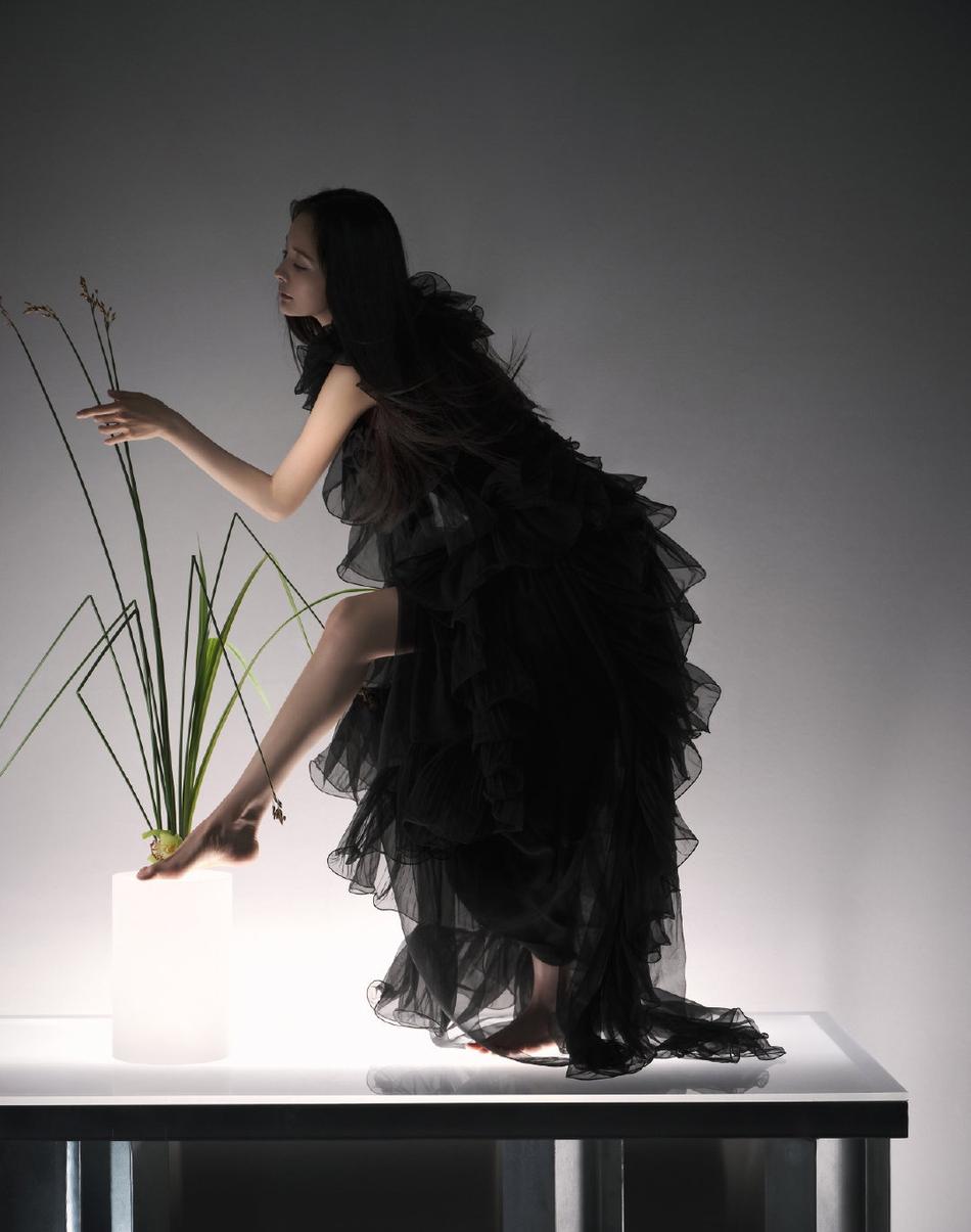 《【摩臣注册平台】杨幂身穿黑色羽毛裙赤脚拍摄 彰显东方韵味》