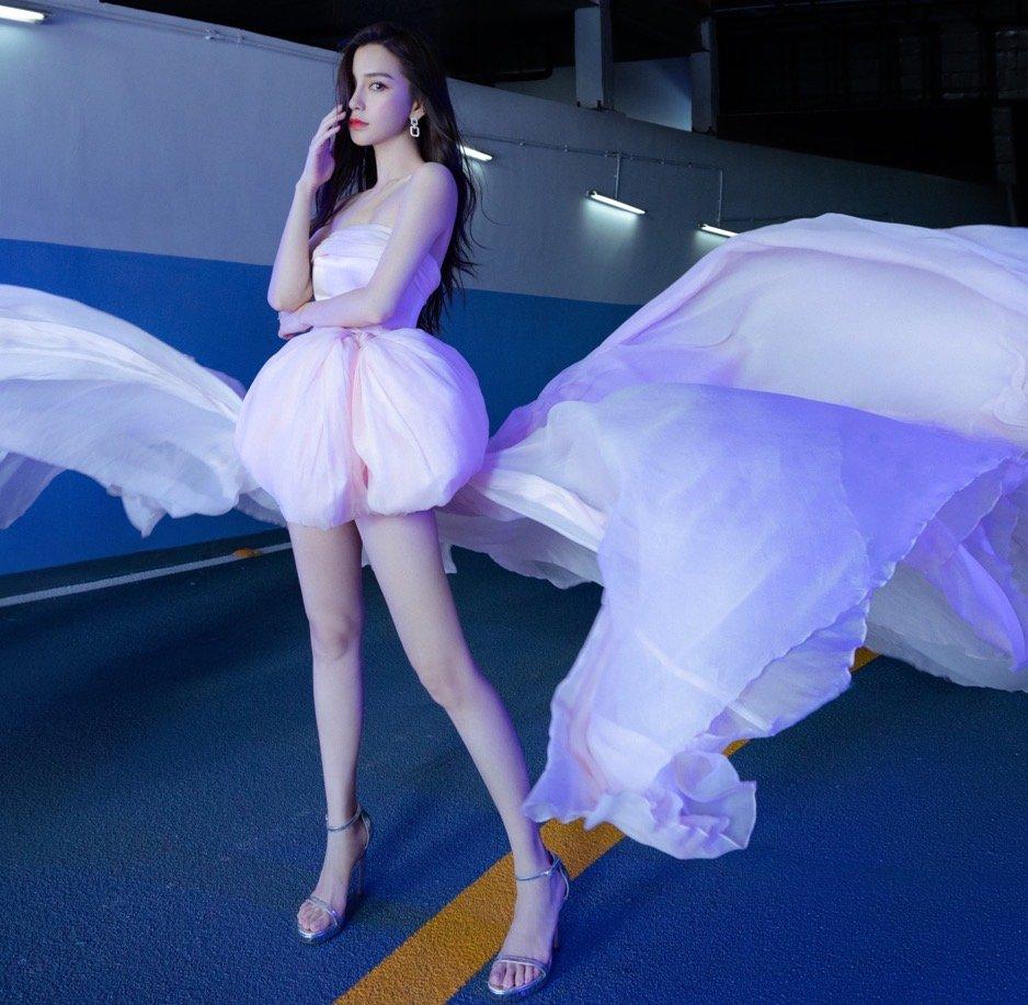 《【摩臣注册平台】baby穿粉色薄纱仙女裙妆容淡雅 裙摆翻飞似仙子》