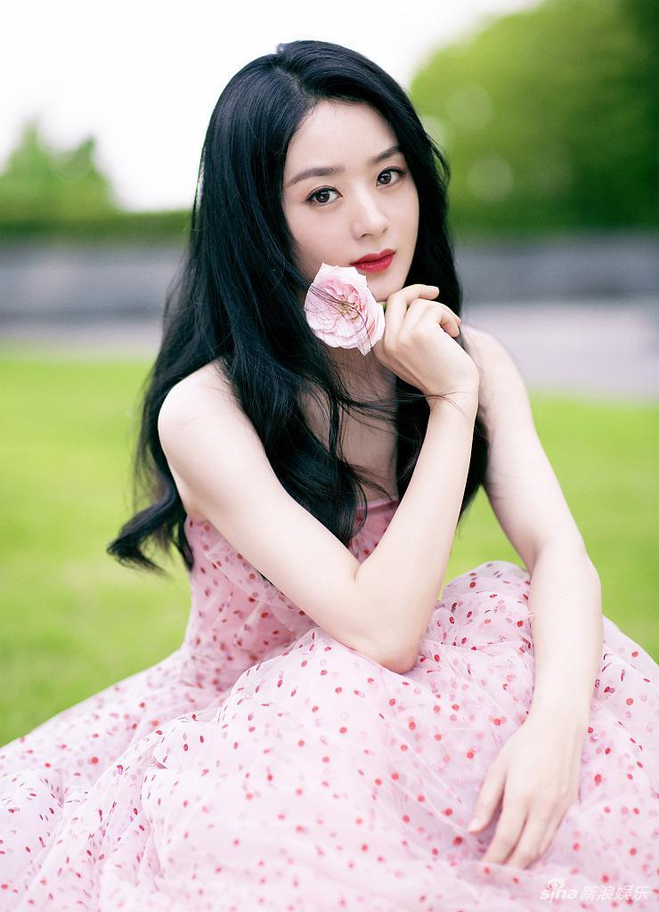 《【摩臣代理平台】赵丽颖粉色波点裙温柔可爱 手拿鲜花人比花娇》