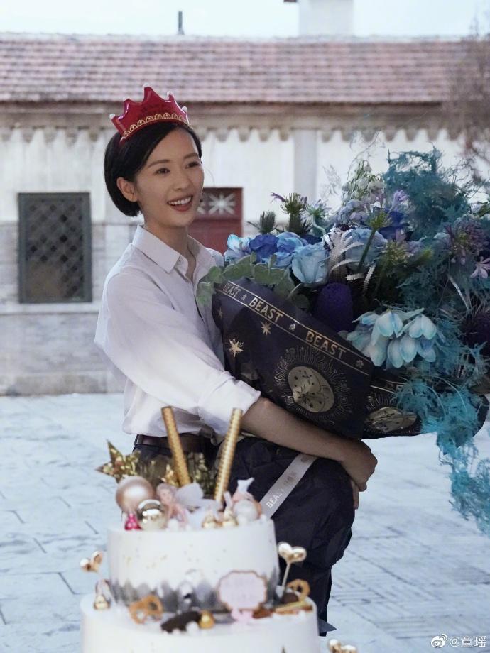 《【摩臣代理平台】童瑶在剧组庆35岁生日 清爽短发手捧鲜花笑容甜》