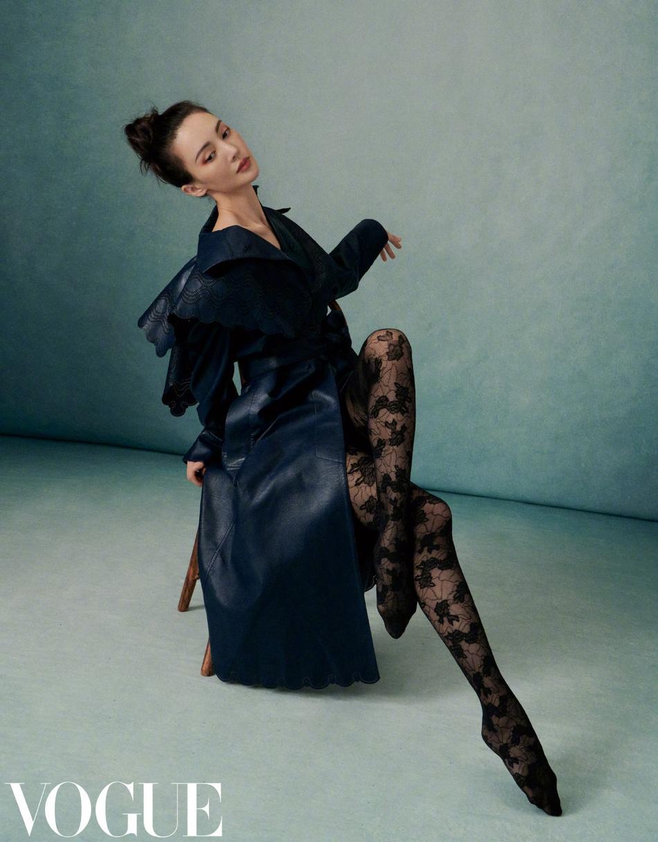 《【摩臣平台网】金晨挑战皮革紧身衣造型 勾勒苗条曲线性感诱人》