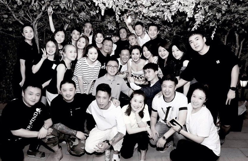 《【摩臣平台网站】卢靖姗办35岁生日派对 被韩庚和婆婆拥入怀中》