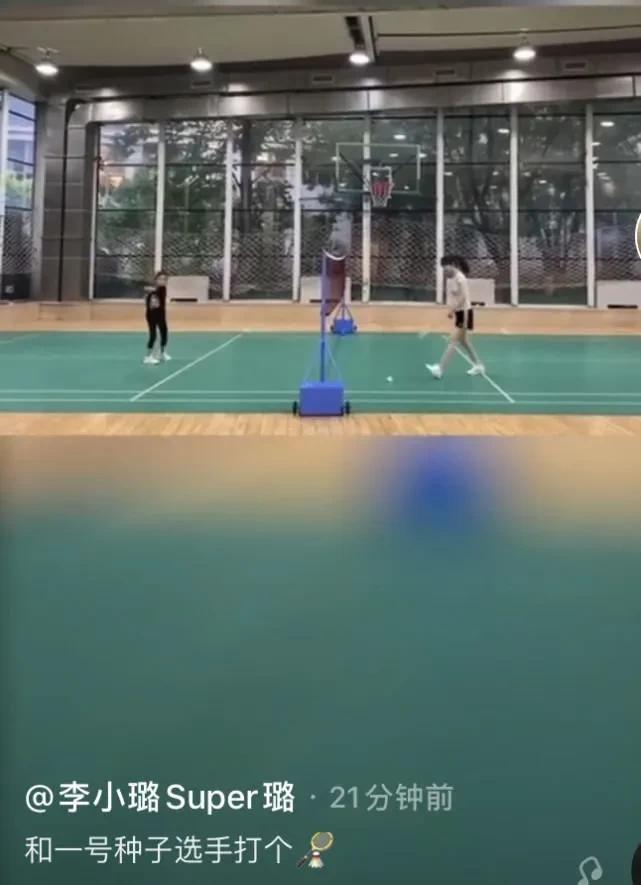 《【摩臣在线平台】李小璐陪甜馨打羽毛球,运动服难掩好身材》