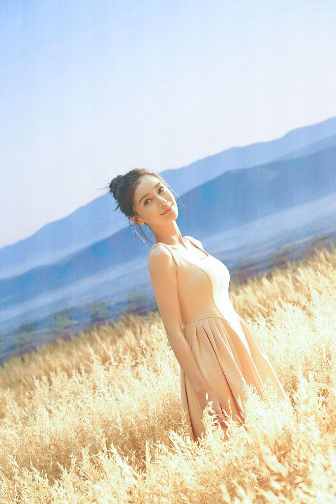 《【摩臣在线平台】baby置身麦田秋日氛围感十足 卷发长裙优雅迷人》
