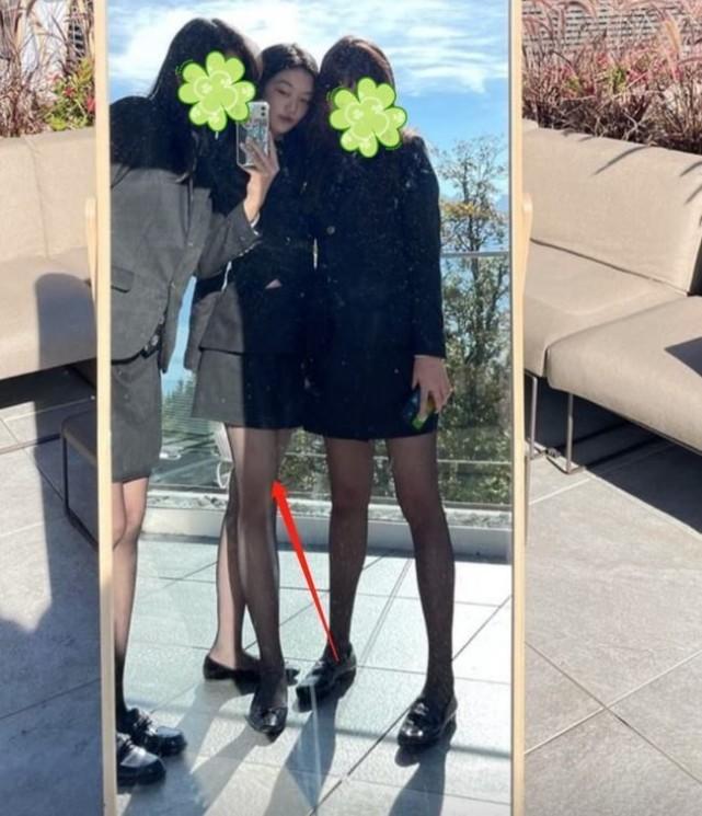 《【摩臣在线平台】15岁李嫣穿黑丝袜大秀美腿 被赞越来越有王菲范》