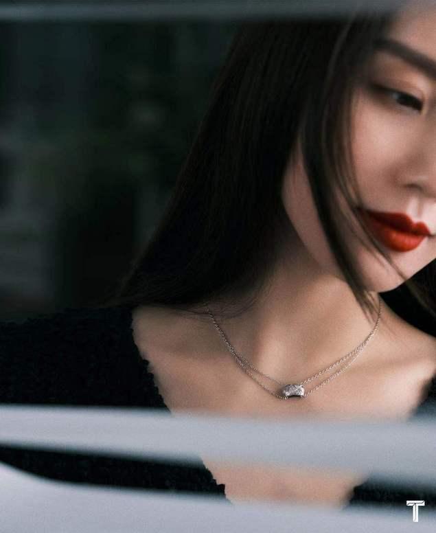 《【摩臣注册平台】刘诗诗罕晒裸背性感照 冷艳优雅演绎双面诗爷》