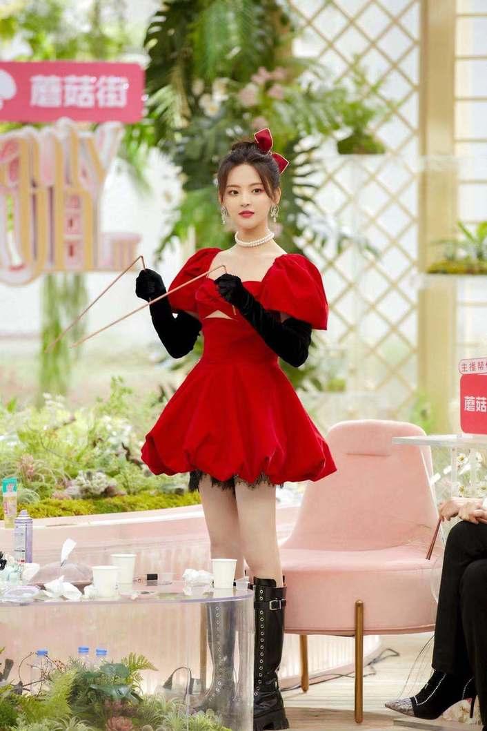 《【摩臣在线平台】杨超越红色蓬蓬裙造型曝光 可爱范宛如在逃公主》