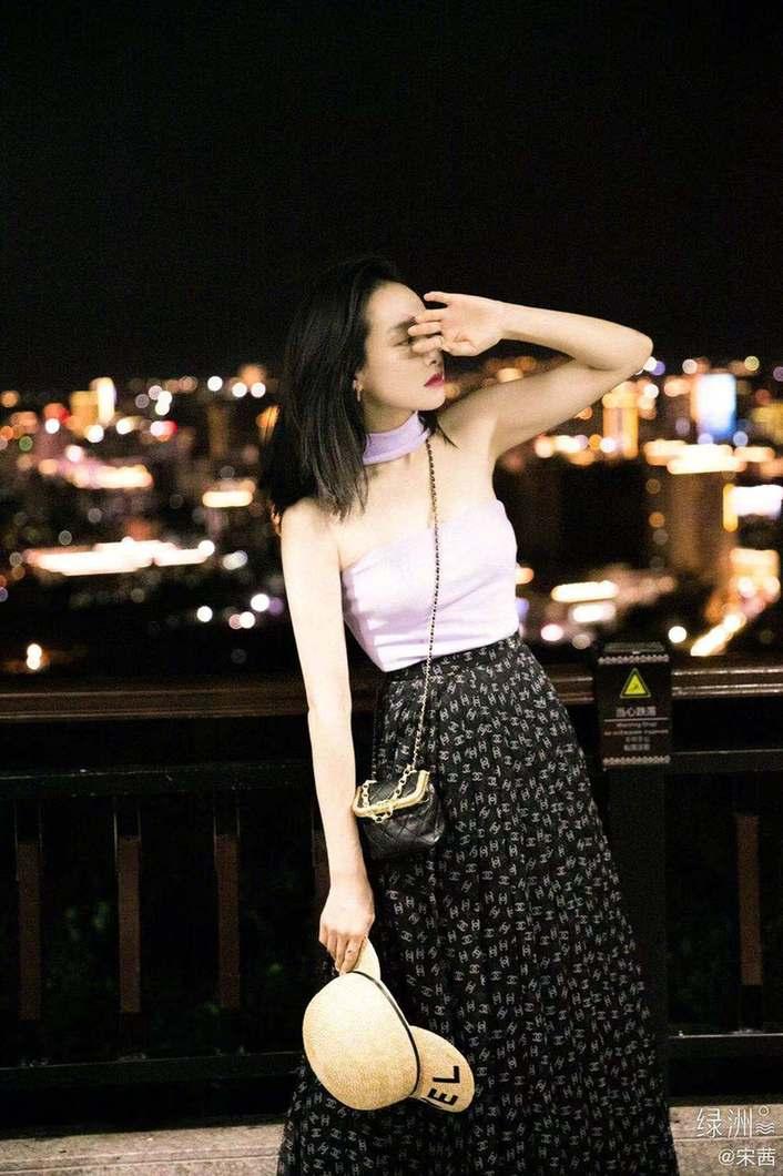 《【摩臣网上平台】宋茜穿紫色抹胸上衣秀香肩 不愧是时髦精一枚》