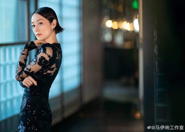 《【摩臣网上平台】上海美女马伊琍穿镂空刺绣裙 曲线曼妙女人味足》