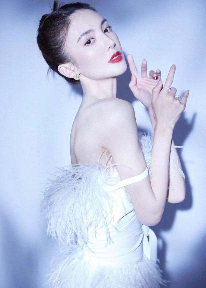 《【摩臣注册平台】金晨真是肤白貌美 露肩白裙化身绝美白天鹅好仙》
