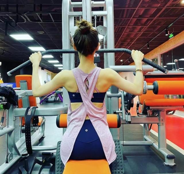《【摩臣网上平台】章泽天晒健身照上热搜 大秀S型曲线美腿修长》