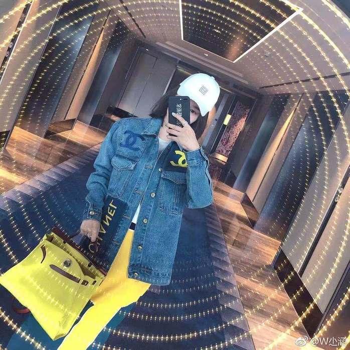 《【摩臣网上平台】曹云金34岁女友泳装照曝光 身材颜值不输女明星》