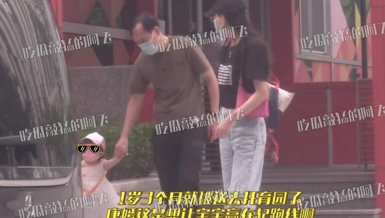 《【摩臣注册平台】唐嫣在上海接女儿放学 小小糖软萌可爱身材高挑》