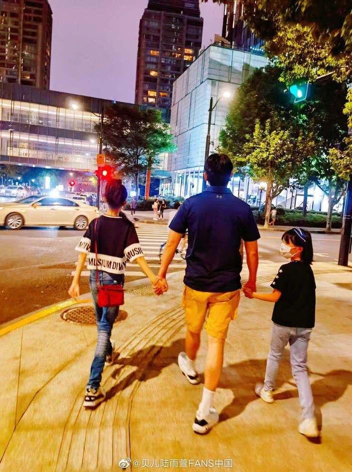 《【摩臣网上平台】陆毅牵俩女儿散步 13岁贝儿腿长1米1险被认成妈》