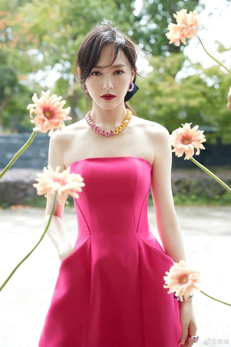 《【摩臣网上平台】上海美女唐嫣粉色抹胸裙惊艳 又嫩又美宛如少女》