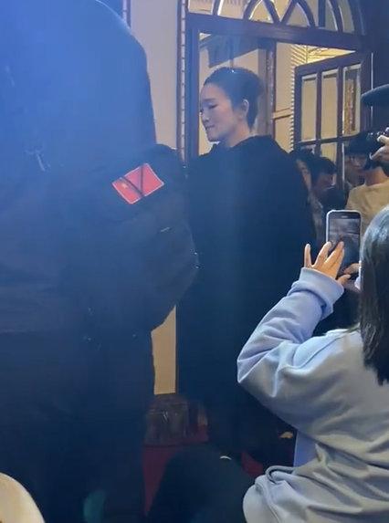 《【摩臣网上平台】55岁巩俐罕现身状态佳 一袭黑衣姿态挺拔气场足》